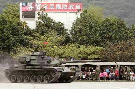 照片:國軍M60A3戰車在「雷霆萬鈞戰力揚」操演中以動態進場,展現戰車優異的性能與戰力