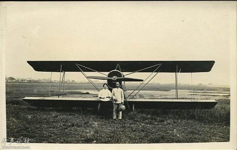 照片:孫中山和宋慶齡在「樂士文號」飛機前留影。(圖:華聲論壇)