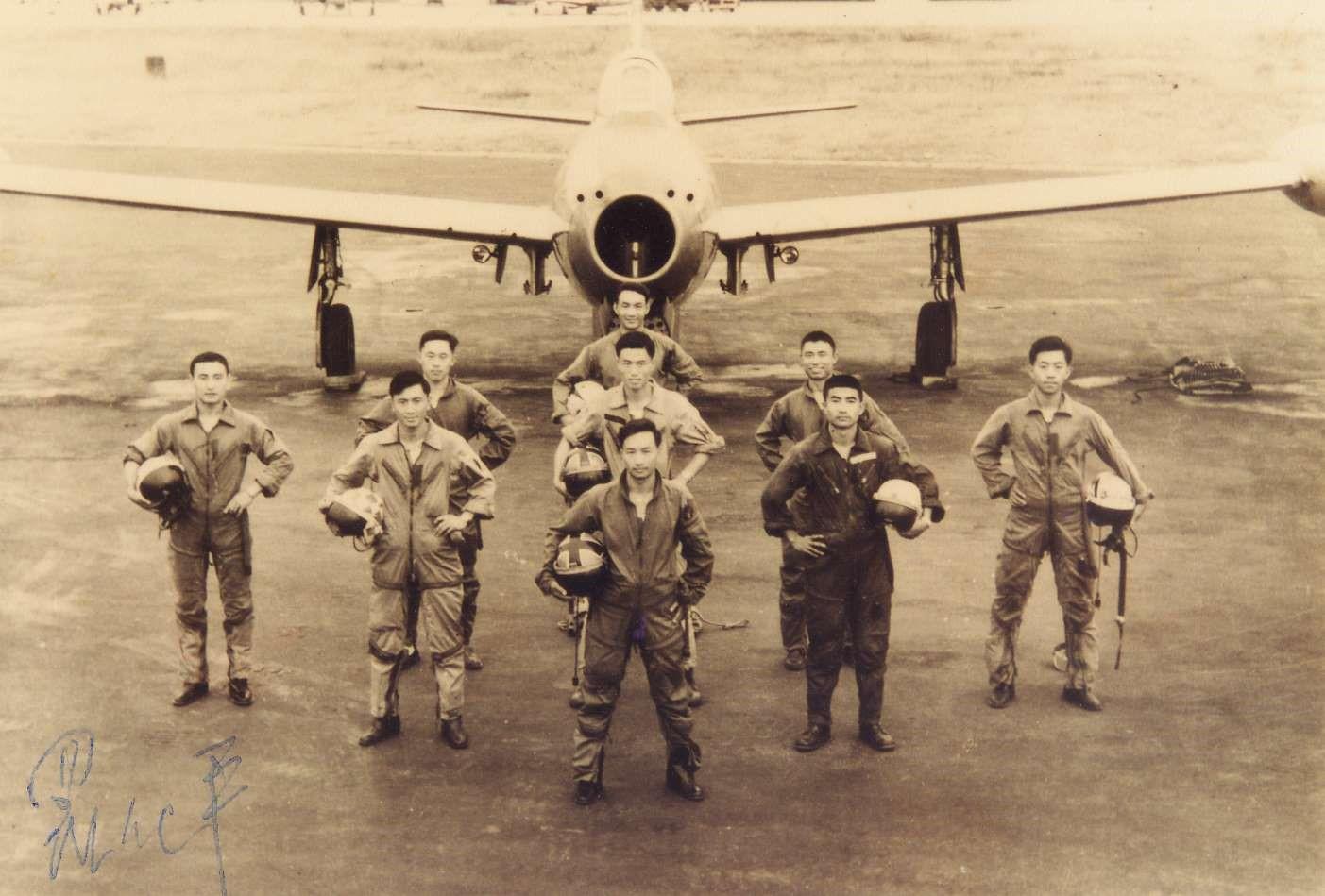 民國48年4月15日雷虎小組成員於美內華達州拉斯維加斯奈里斯基地表演後合影(圖:國防部空軍司令部)