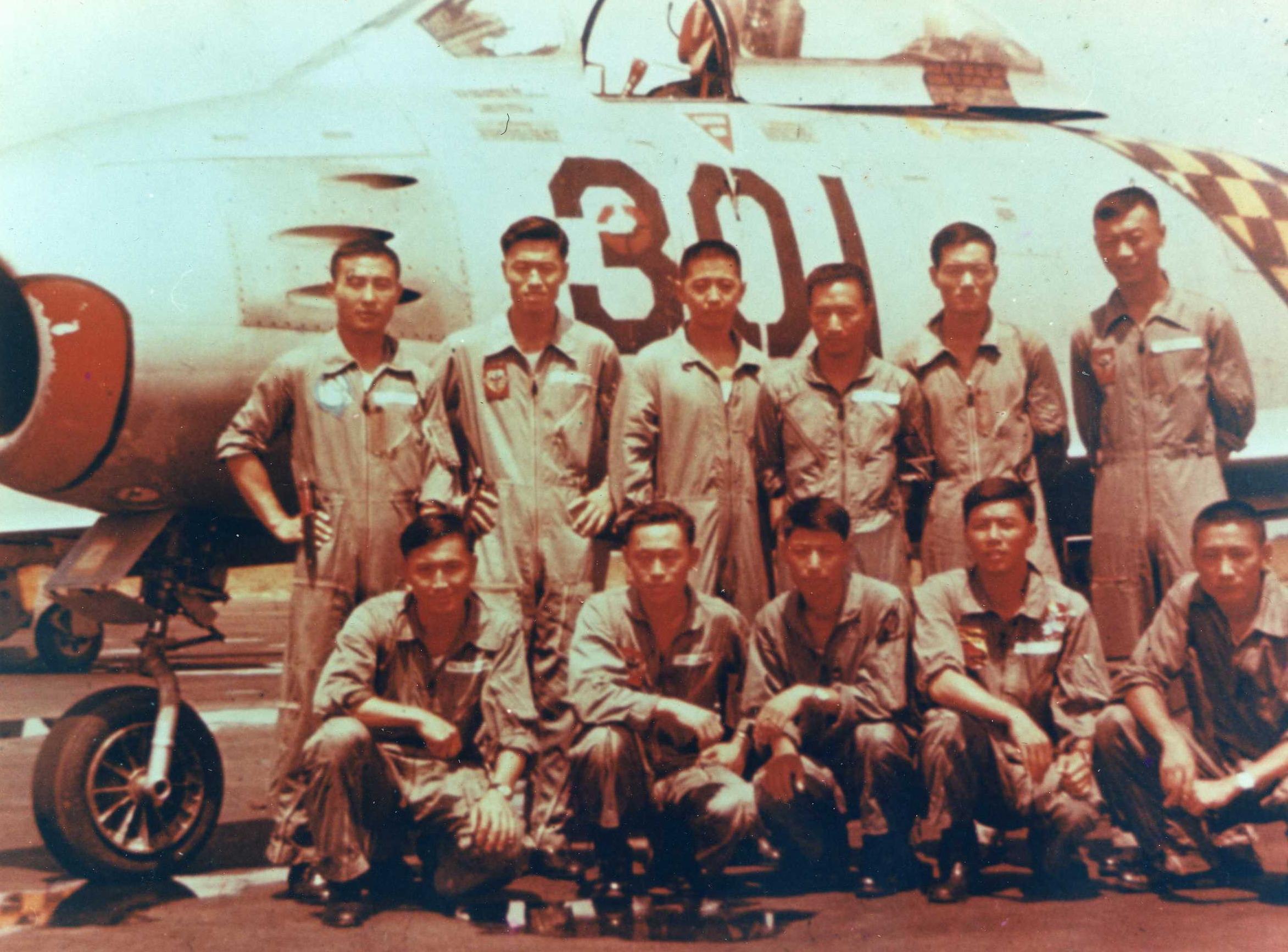 雷虎小組組員於F-86F型機軍刀機前合影(圖:國防部空軍司令部)