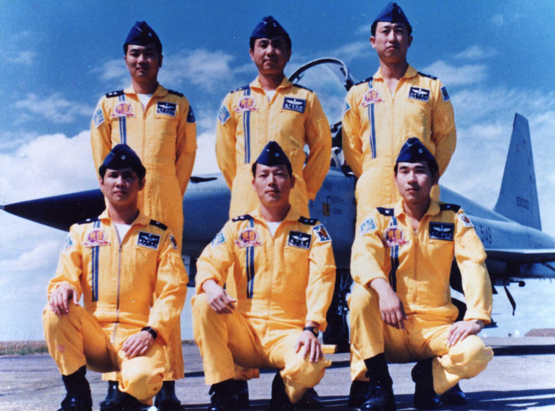 雷虎組員於F-5E前留影。由左至右王木榮、曾敏、史台駒、(前排)李珍治、顏挀堂、劉憲忠、(後排)(圖:國防部空軍司令部)
