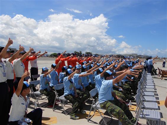 航空戰鬥營學員在空軍官校親睹譽滿中外的空軍「雷虎小組」精湛、震撼的操演課目。(圖:空軍航空技術學院)