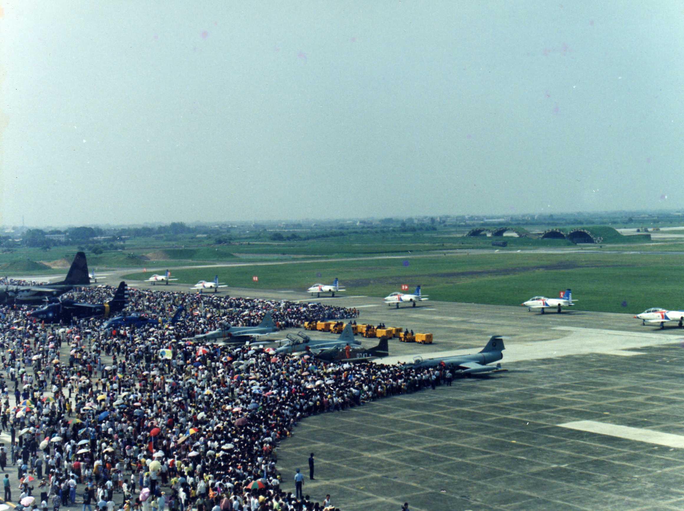 民國81年9月17日 嘉義基地營區開放特技表演現場盛況。(圖:國防部空軍司令部)