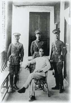 民國13年6月16日開學典禮當天,國父孫中山先生與先總統蔣公、何應欽將軍、王柏齡將軍合影